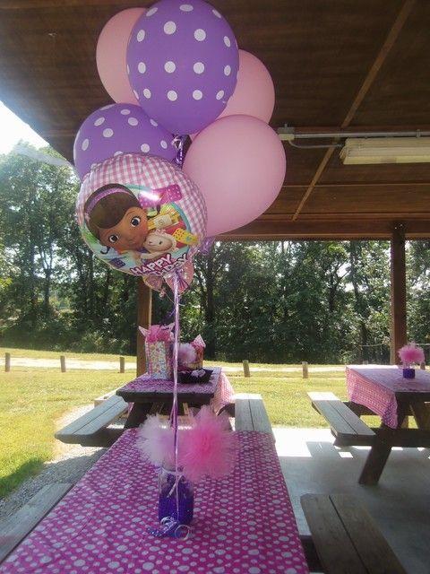 Centros de mesa de la Doctora Juguetes hechos con globos
