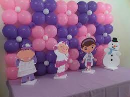 Decoración con globos de la Doctora Juguetes para la mesa principal
