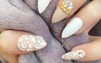 Uñas decoradas con blanco