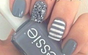 Uñas decoradas en color gris