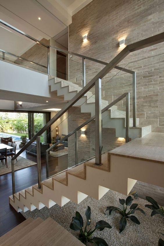 Jardines interiores bajo escaleras 13 curso de - Escaleras para casas modernas ...