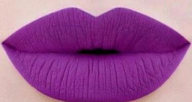 Maquillaje para labios en tonos morados