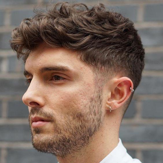 cortes de cabello para hombres con mechones ondulados - wavy crop