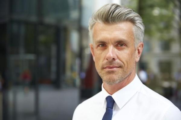 tendencia en cortes de cabello de hombres masculinos con peinado hacia atras 2018