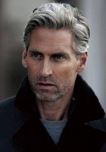 tendencia en cortes de cabello para hombres maduros con estilo hacia arriba 2018