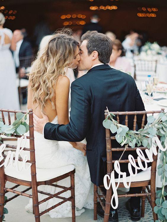 Como decorar las sillas de los novios bodas curso de for Sillas para novios