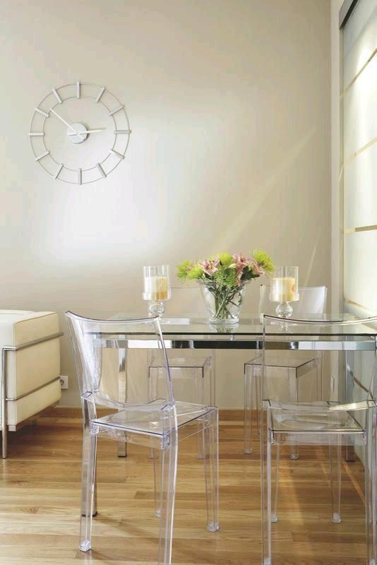 Como usar sillas de acrilico transparente en tu hogar 12 for Sillas de acrilico