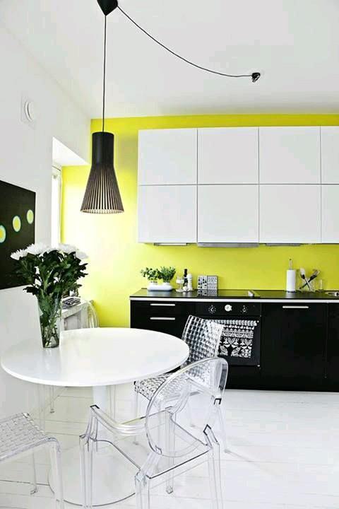 Como usar sillas de acrilico transparente en tu hogar 20 for Sillas de acrilico