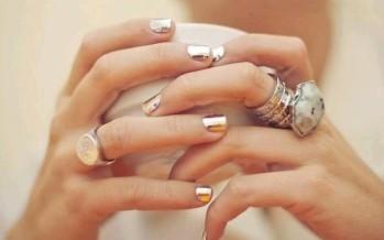 Decoracion de uñas en tonos metalicos y tornasol