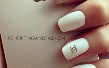 Diseños de uñas con el logo de chanel