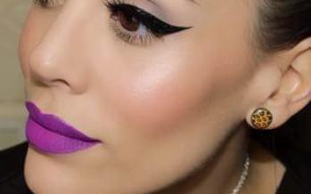 Maquillaje con color morado en labios