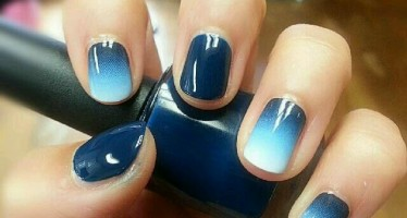 Decora tus uñas con color azul