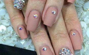 Hermosas decoraciones de pedrería para uñas – para muchas ocasiones