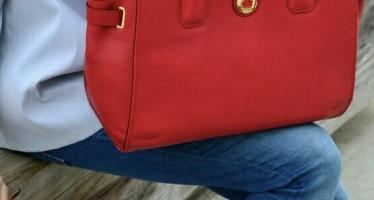 Utiliza accesorios rojos y levanta tu outfit del día