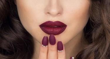 Maquillaje con labios color vino