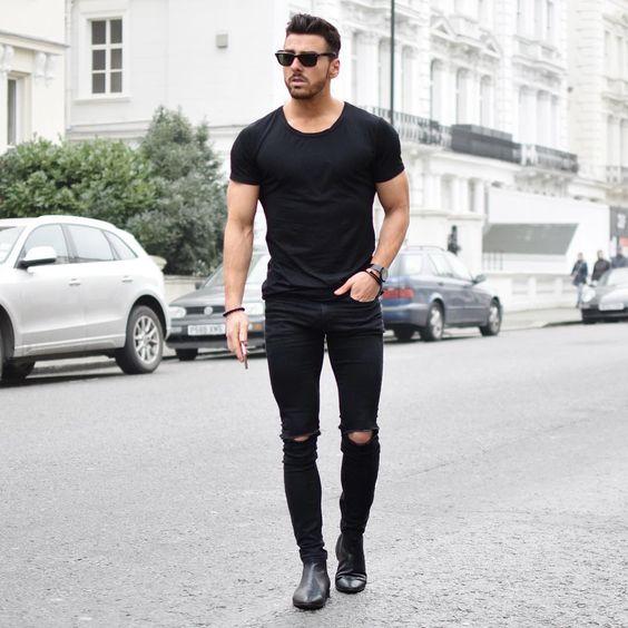 La colección de moda para hombre primavera-verano , viene más rebelde que nunca. Camisas que se desabrochan a toda velocidad, camisetas que lo dicen todo, pantalones que atraen miradas.