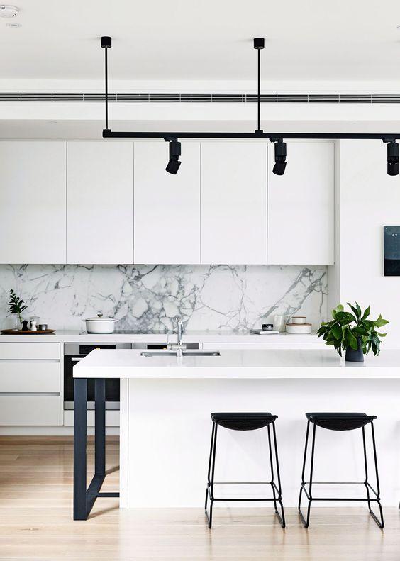 32-ideas-para-decorar-cocinas-en-blanco-y-negro-con-detalles-dorados (16)