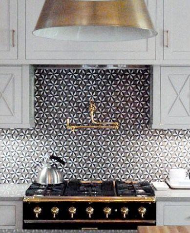 32-ideas-para-decorar-cocinas-en-blanco-y-negro-con-detalles-dorados (30)