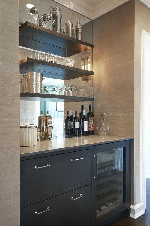 Ideas para montar un mini bar moderno en tu casa 25 for Mini bar debajo de escaleras