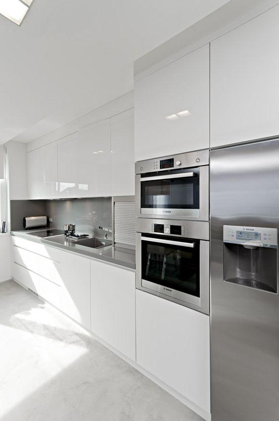 Mira estos 25 muebles de cocina para colocar tu microondas - Colgar microondas cocina ...