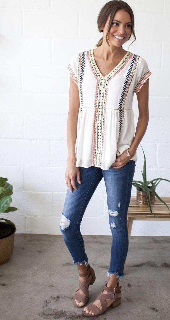 Looks para copiar este verano con blusas bordadas