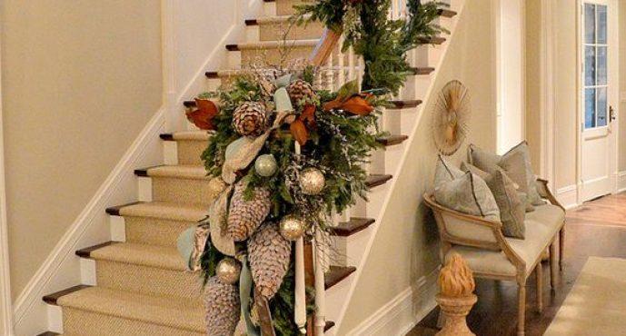 Decora con Detalles Navideños el Pasamanos de Tu Escalera