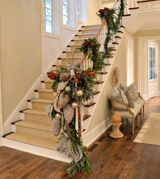 Decora con detalles navide os el pasamanos de tu escalera - Detalles de decoracion para casa ...