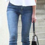 Outfit con jeans y blusa blanca