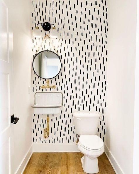 Acentuar paredes en baños pequeños y modernos