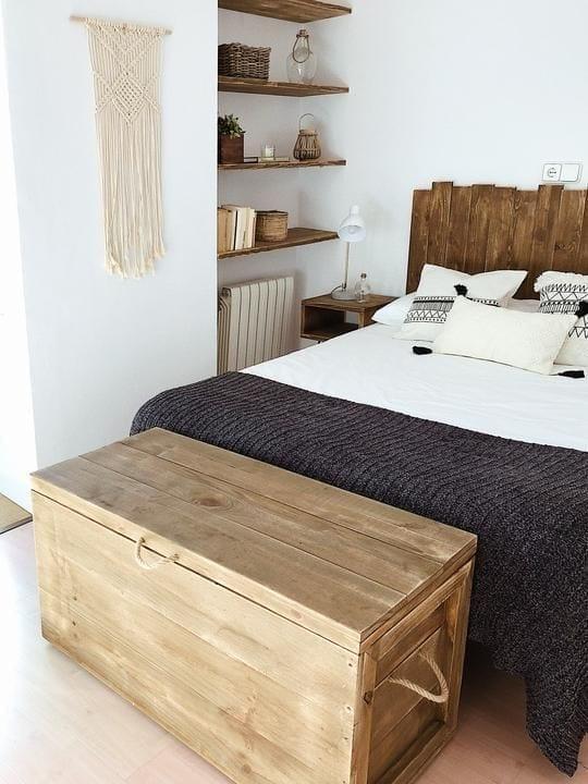 Aprovecha el espacio al pie de tu cama