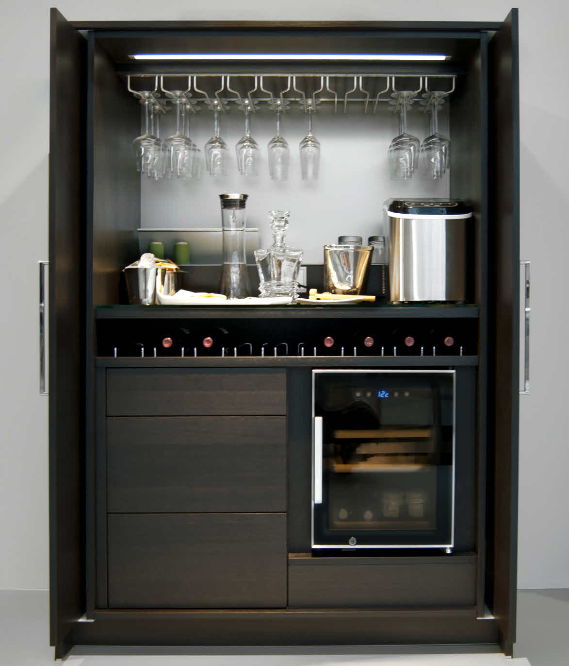 Disenos y decoracion de minibar en casa 21 curso de for Built in drinks cabinet