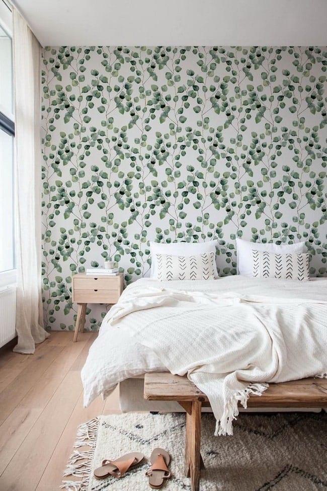 Dormitorio decorado con papel tapiz