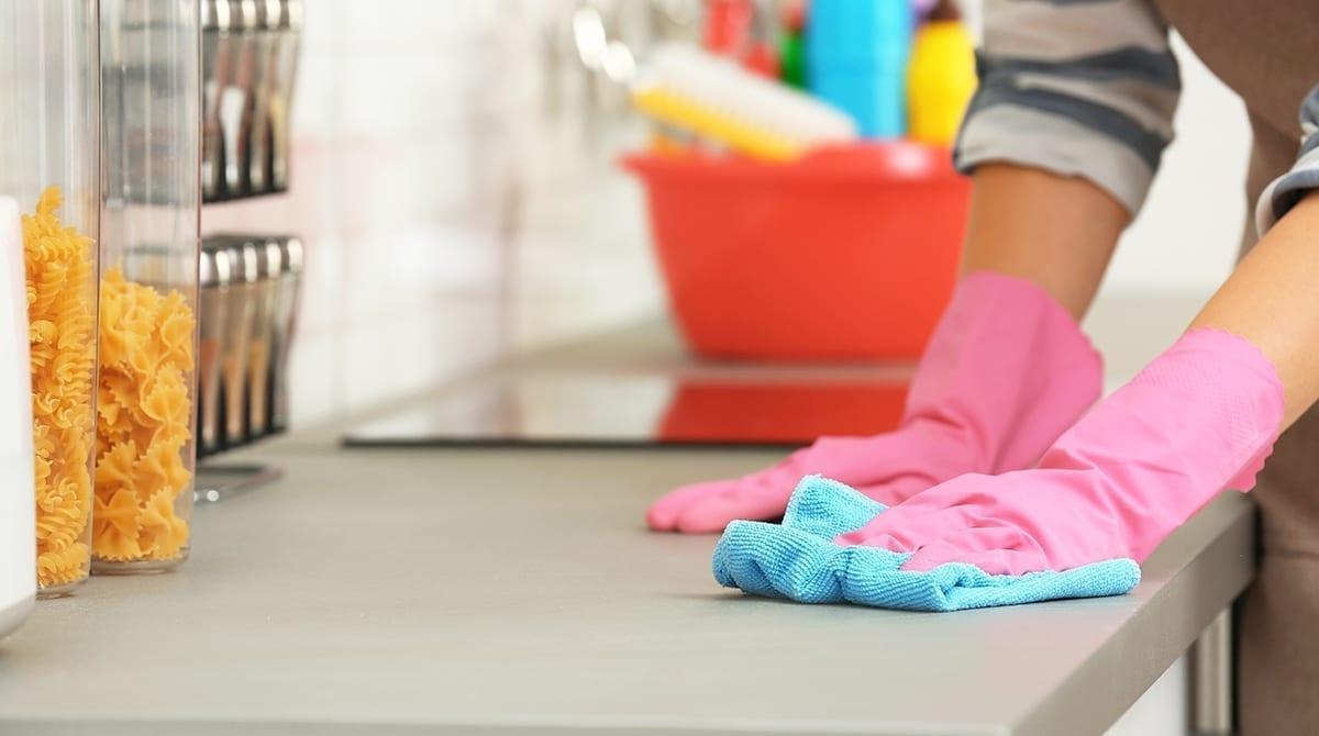 Usa trapos de limpieza húmedos