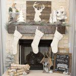 Decoración navideña 2017 en color blanco chimenea con botas