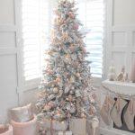 Decoración navideña 2017 en color blanco pino con esferas oro rosa