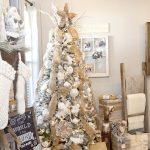 Decoración navideña 2017 en color blanco árbol con adornos dorados