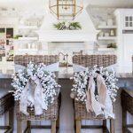 Decoración navideña 2017 en color blanco sillas con listones