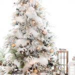 Decoración navideña 2017 en color blanco arbol con esferas doradas