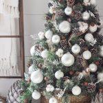 Decoración navideña 2017 en color blanco pino verde con esferas blancas