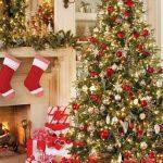 Decoraciones navideñas para tu hogar en color rojo con esferas y pino verde