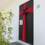 Decoraciones navideñas para tu hogar en color rojo puerta con moño