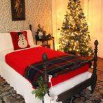 Decoraciones navideñas para tu hogar en color rojo habitación con pino