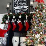 Decoraciones navideñas para tu hogar en color rojo botas en chimenea