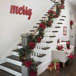 Decoraciones navideñas para tu hogar en color rojo escaleras con noche buenas