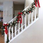 Decoraciones navideñas para tu hogar en color rojo escaleras con esferas y moños
