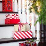 Decoraciones navideñas para tu hogar en color rojo escalera con regalos