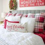 Decoraciones navideñas para tu hogar en color rojo con blanco cama