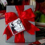 Decoraciones navideñas para tu hogar en color rojo con cuadros envoltura de regalos