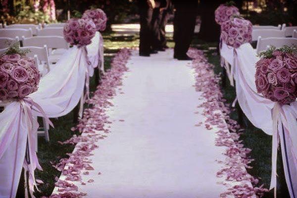 Como decorar la entrada a la iglesia en una boda for Adornos para bodas con plantas