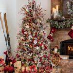 Navidad 2017 tendencias en decoración arbol a lado de chimenea